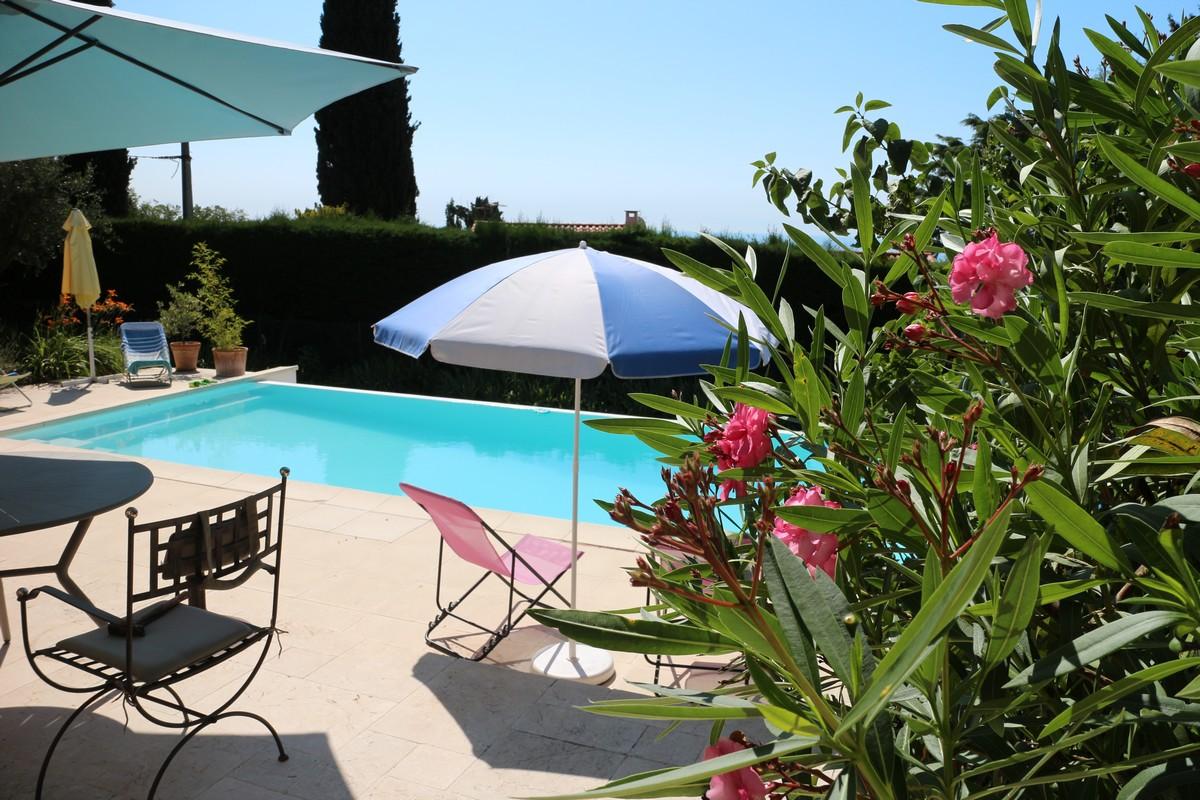 Une terrasse au bord de l'appartement et une terrasse au bord de la piscine