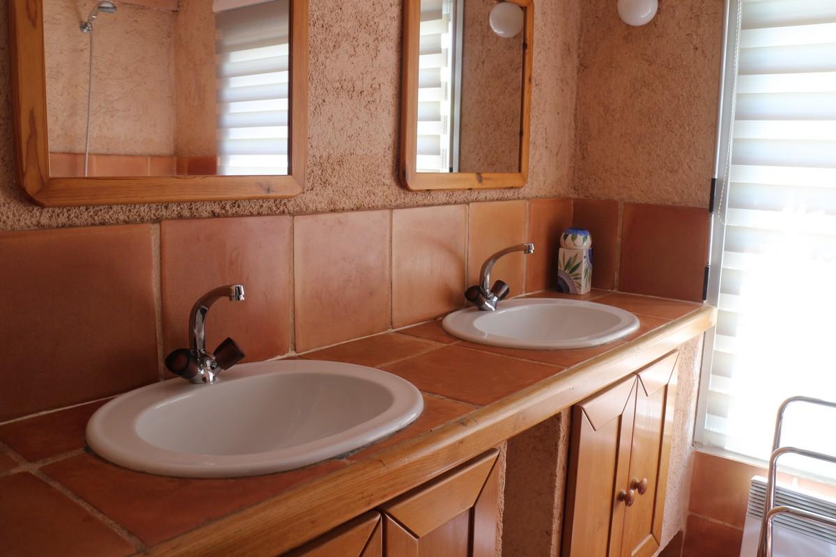 Salle de bains très lumineuse